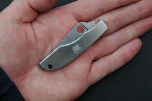 Фото 8 - Складной нож-брелок Grasshopper Spyderco C138P, сталь Sandvik™ 12C27, рукоять нержавеющая сталь