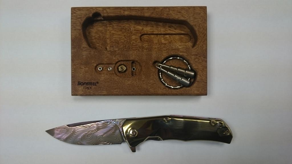 Складной нож LionSteel TRE DT COLOR GOLD, сталь дамаск, рукоять титан