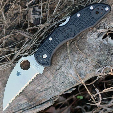 Нож складной Delica 4 Lightweight Spyderco 11FSWCBK, сталь VG-10 Satin Serrated Wharncliffe, рукоять термопластик FRN, чёрный. Вид 2